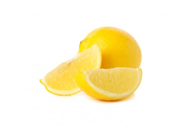 Citron frais isolé. fruits mûrs
