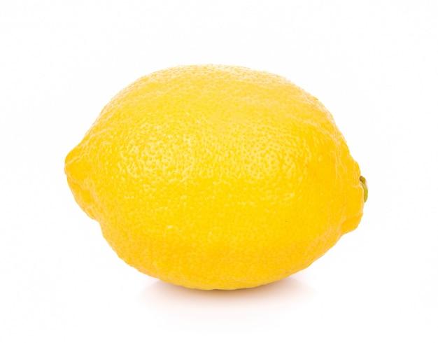 Citron frais sur mur blanc
