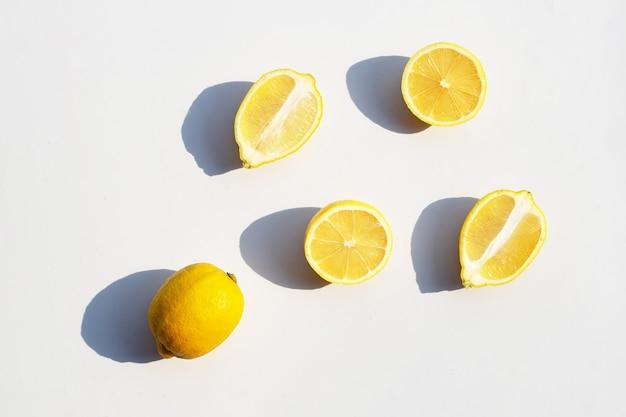 Citron frais sur une surface blanche.