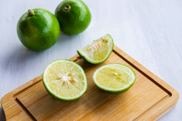 Citron frais, tranché sur une planche à découper sur la table