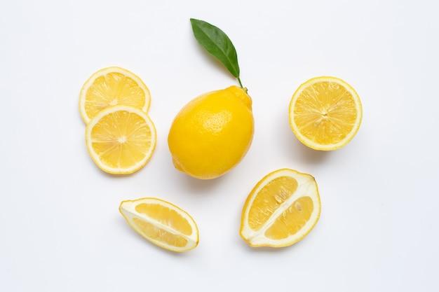 Citron frais avec des tranches sur blanc