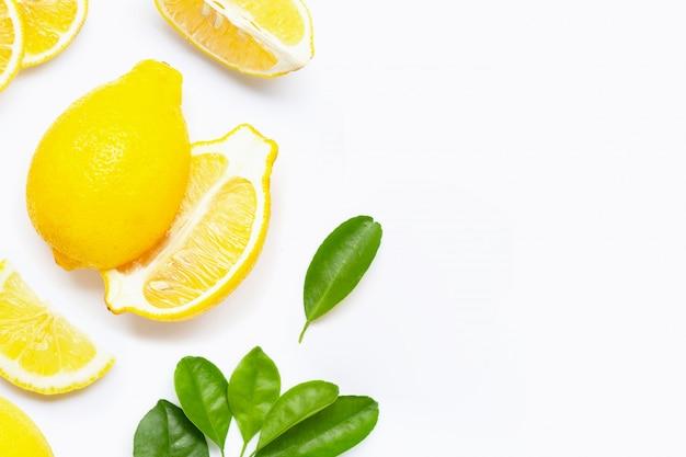 Citron frais avec des tranches isolés sur blanc.