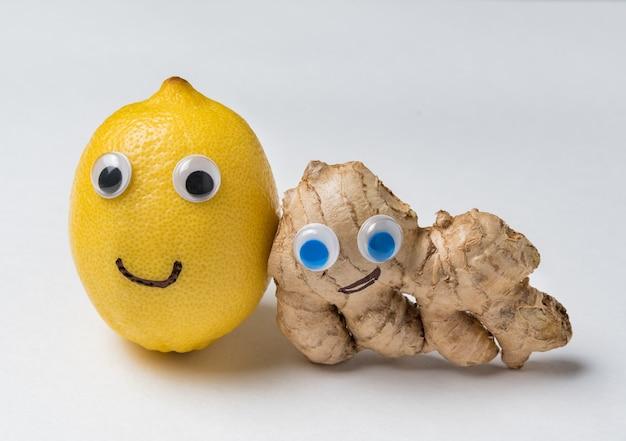 Citron et gingembre aux yeux écarquillés sur fond blanc. produits de santé