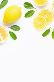 Citron isolé sur fond blanc