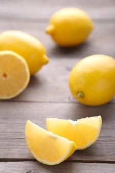 Citron isolé sur fond gris. fruit exotique.