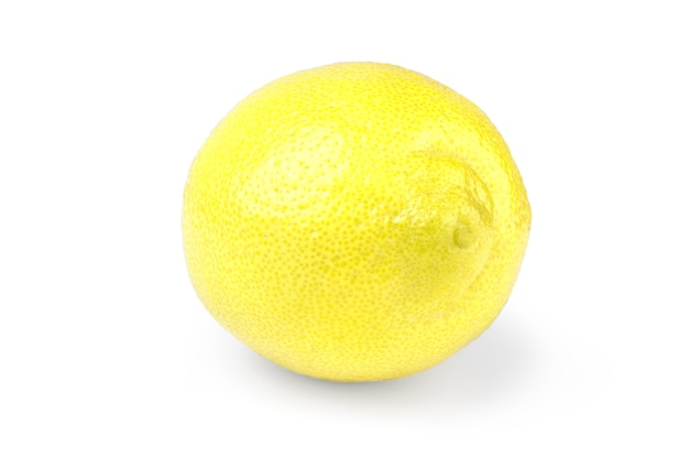 Citron jaune frais isolé sur blanc.