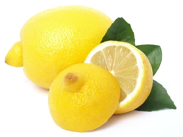 Citron juteux isolé sur blanc