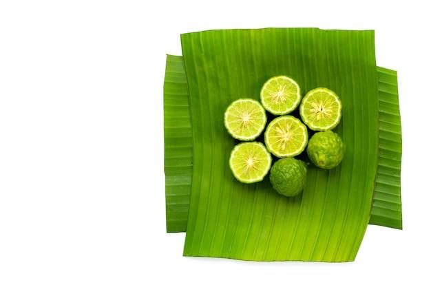 Citron kaffir bergamote sur feuilles de bananier