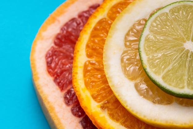 Citron, orange, citron vert et pamplemousse sur fond bleu
