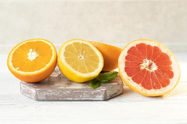 Citron, orange et pamplemousse sur la table, fruits vitaminés juteux