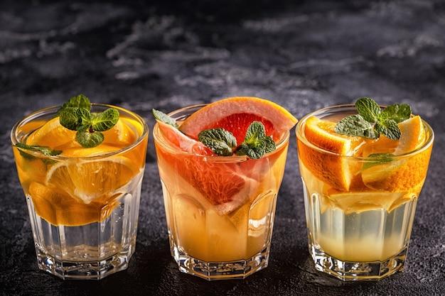 Citron, pamplemousse, cocktail maison orange / eau infusée de fruits détox, mise au point sélective.