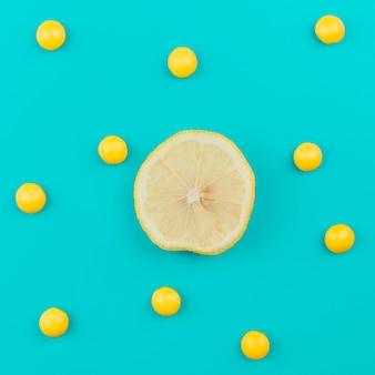 Citron parmi des boules jaunes