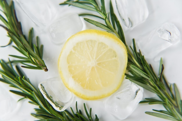 Citron et romarin sur glace.