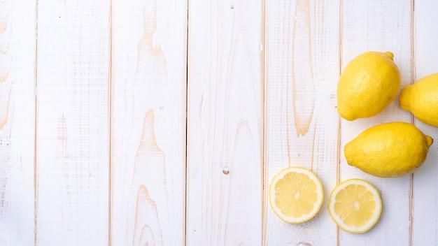 Citron sur une table en bois blanc