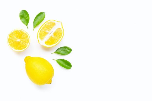 Citron et des tranches avec des feuilles isolés sur blanc. espace de copie