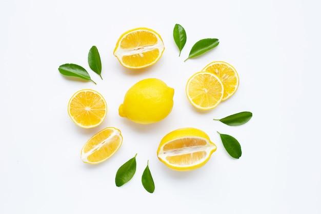 Citron et des tranches avec des feuilles isolés sur blanc.
