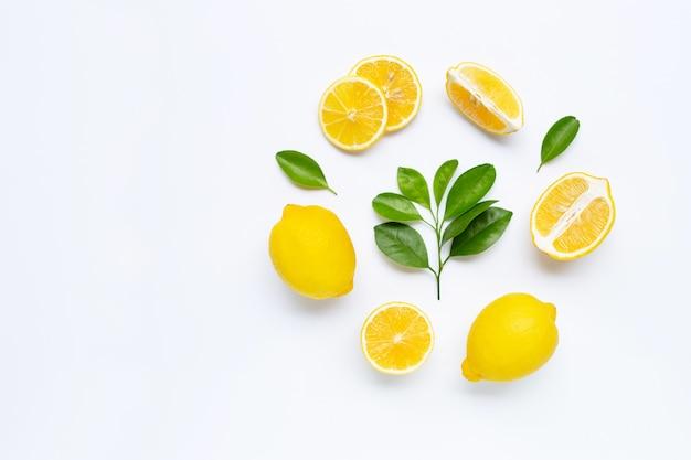 Citron et tranches de feuilles isolés on white