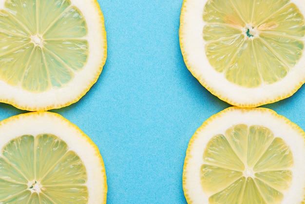 Citron en tranches sur fond bleu
