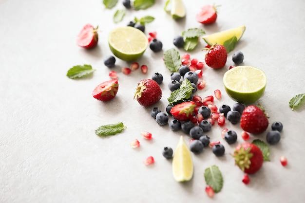 Citron vert, baies et feuilles