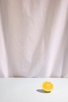 Citron vert coupé en deux sur un bureau blanc