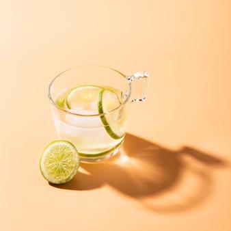 Citron vert dans l'eau avec espace de copie