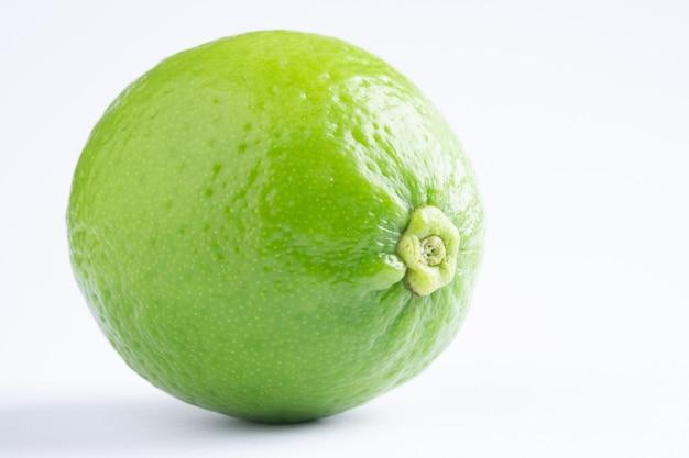Citron vert sur fond blanc. citron vert frais. citron sur scène blanche.