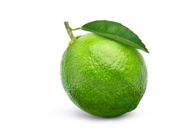 Citron vert frais avec feuille verte isolée sur blanc
