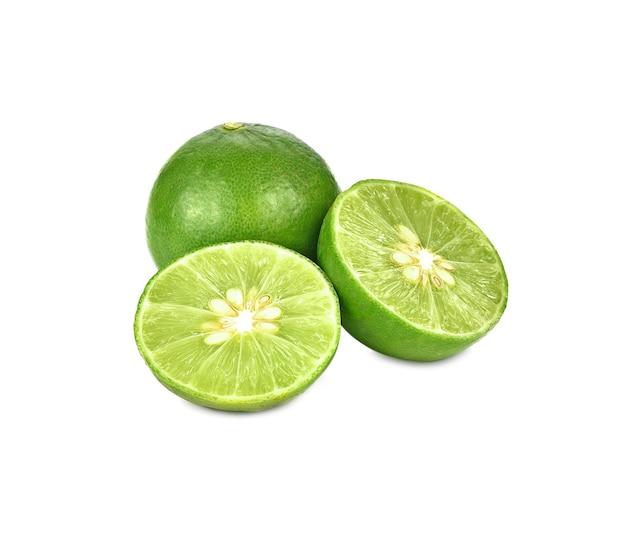 Citron vert frais isolé sur blanc