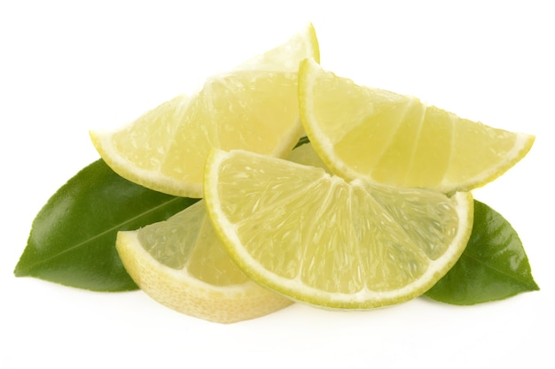 Citron vert frais isolé sur fond blanc