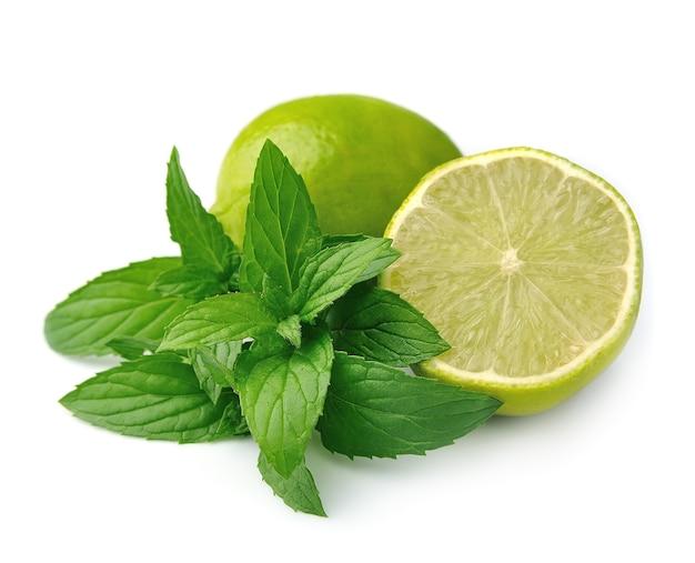 Citron vert frais à la menthe sur blanc