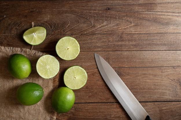 Citron vert frais sur la table en bois marron