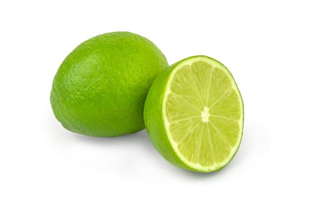 Citron vert juteux sur la découpe de surface blanche