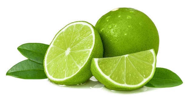 Citron vert juteux mûr et tranches isolées