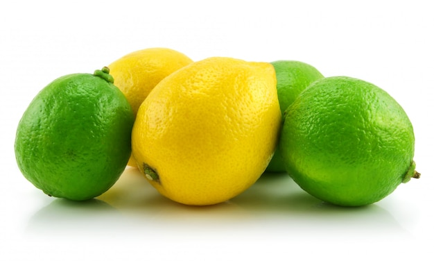 Citron vert mûr et citron isolé sur fond blanc