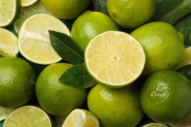Citron vert mûr frais avec des feuilles sur fond entier