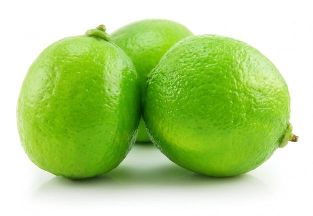 Citron vert mûr isolé sur fond blanc