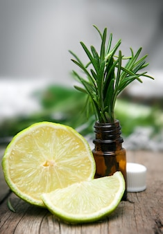 Citron vert et romarin sur table en bois