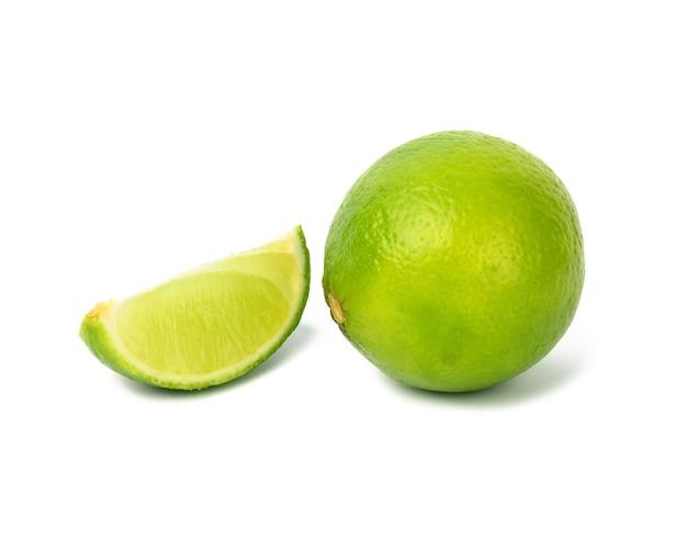 Citron vert avec tranche isolé sur fond blanc, gros plan