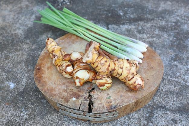 Citronnelle, galanga et galingale sur bloc de bois