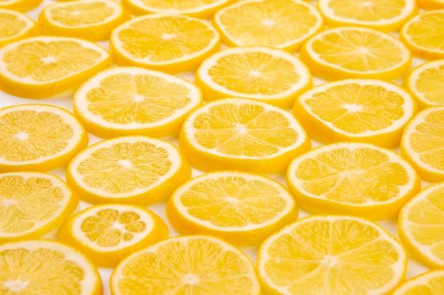 Citrons d'agrumes en tranches de moitié sur fond clair