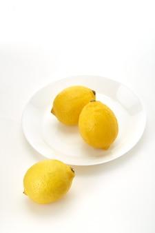 Citrons sur une assiette blanche