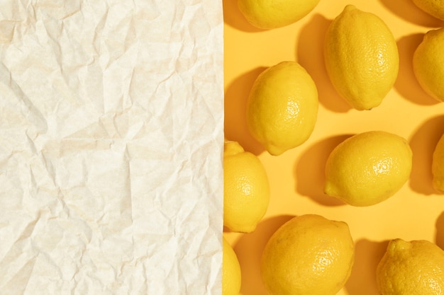 Citrons bruts vue de dessus avec maquette