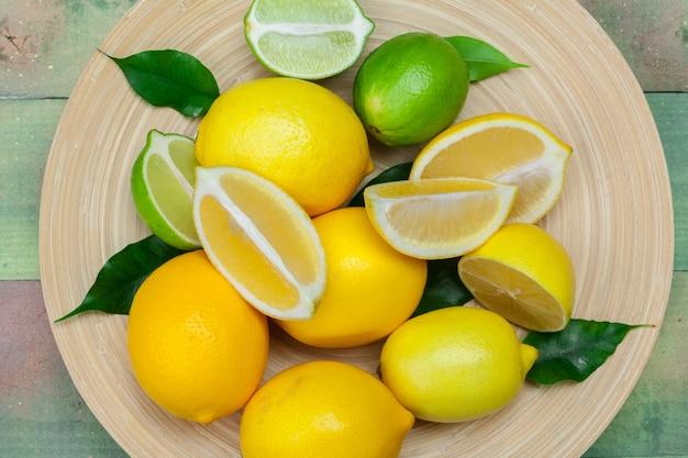 Citrons et citrons verts sur un bois.