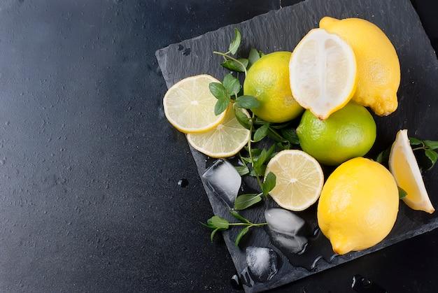 Citrons et citrons verts à la menthe
