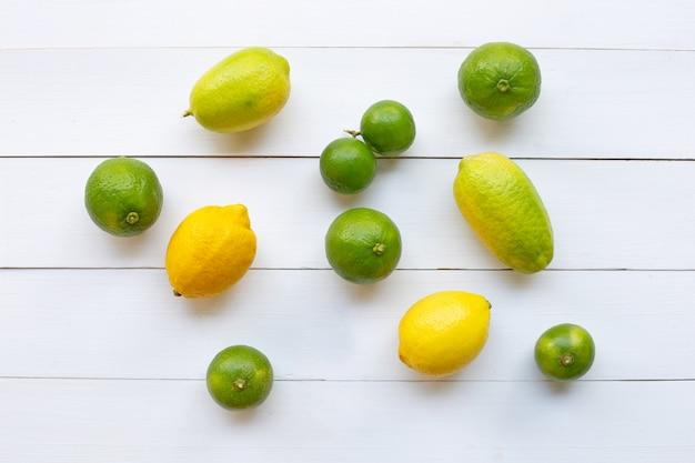 Citrons et citrons verts mûrs