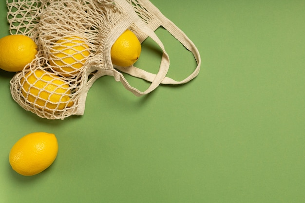 Citrons dans un sac écologique sur une surface verte