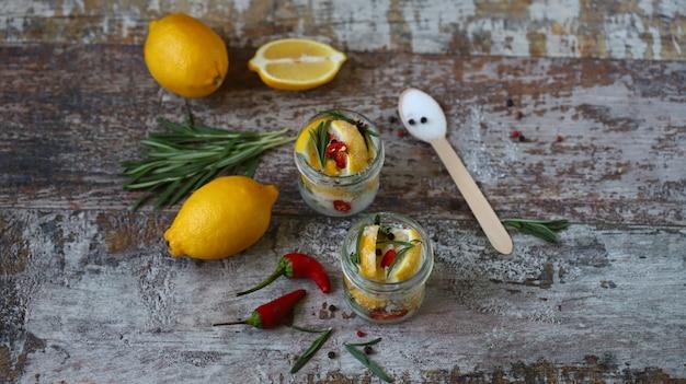 Citrons fermentés dans des pots de sel, de piment et de romarin.
