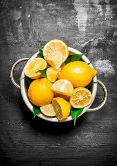 Citrons frais dans un bol.