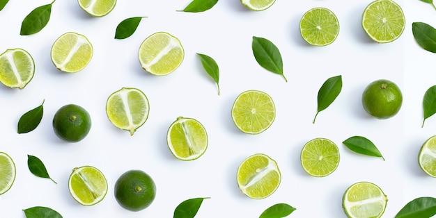 Citrons frais avec des feuilles vertes sur fond blanc. vue de dessus