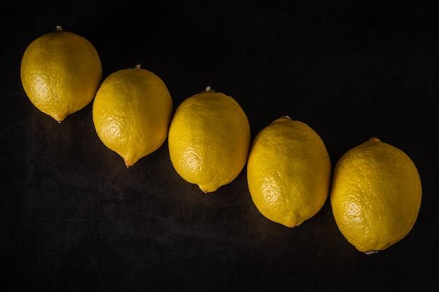 Citrons frais sur un fond sombre